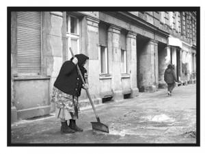 Hauswartsfrau, Sorauer Straße. Foto: Ulrich Horb