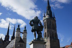 Halle (Saale): Blick auf die fünf Türme und das Händel-Denkmal. Foto: Ulrich Horb
