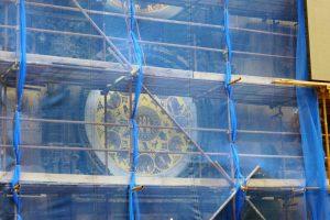 Hinter Bauplanen verdeckt: die astronomische Uhr am Altstädter Rathaus. Foto: Ulrich Horb