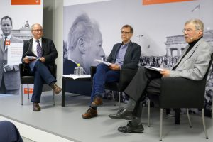 Buchvorstellung mit den Historikern Einhart Lorenz (r.) und Michael F. Scholz (l.), moderiert von Bernd Rother von der Bundeskanzler Willy Brandt Stiftung. Foto: Horb
